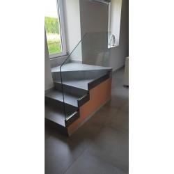 Garde-corps vitré toute hauteur fixé sur les marches de l'escalier